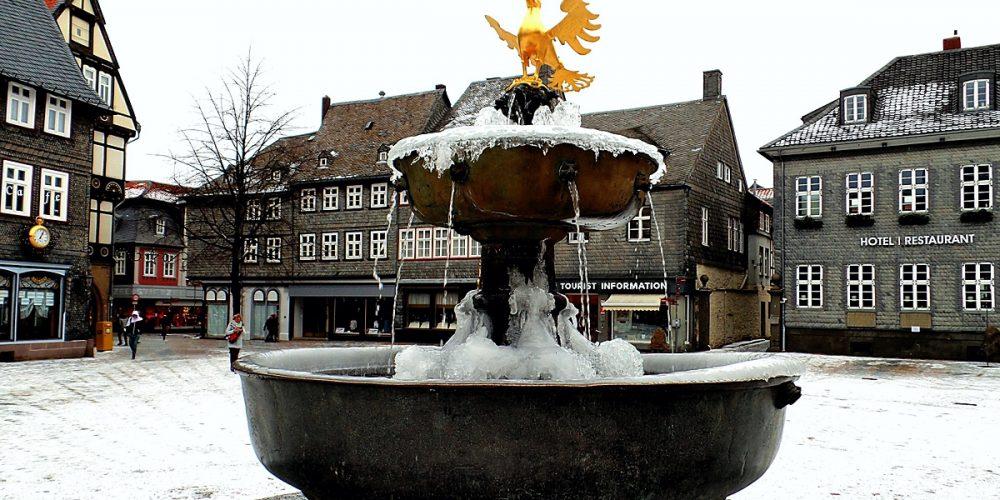 Goslarer Marktbrunnen im Eismantel