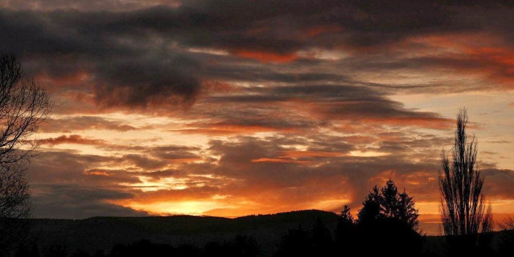 Kurz vor dem Sonnenaufgang zogen dunkle Wolken über Bad Harzburg