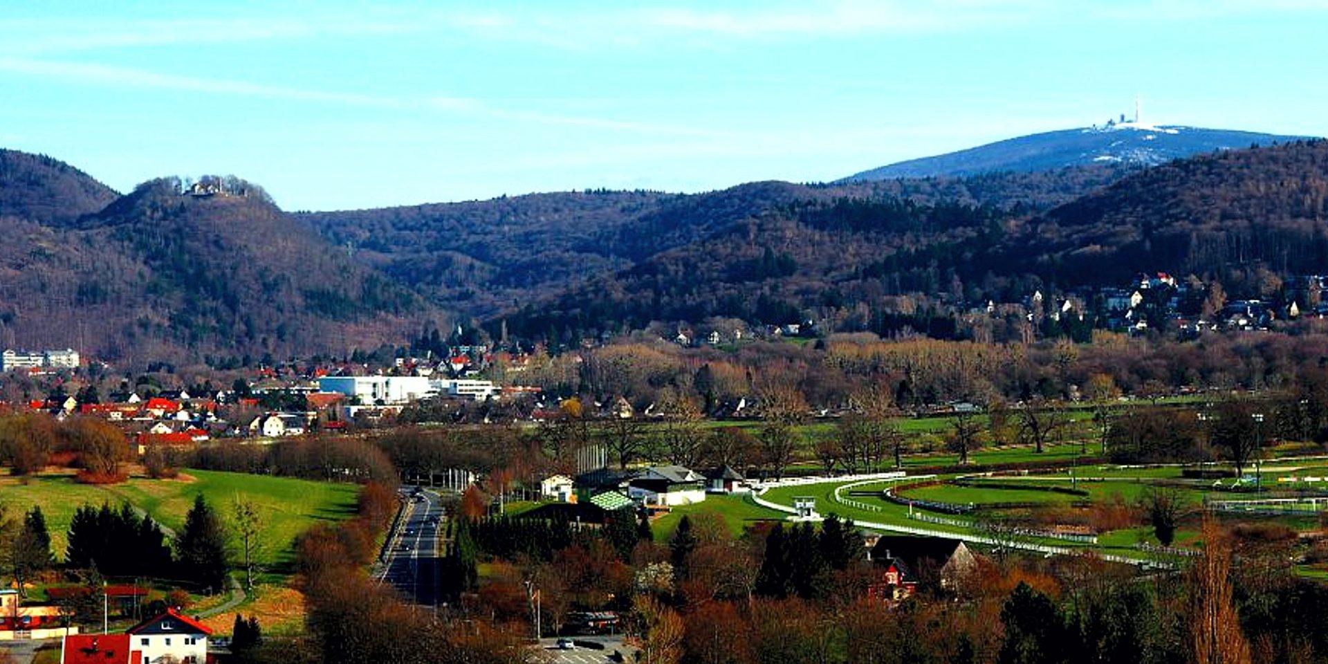 Blick auf Bad Harzburg und zum Brocken